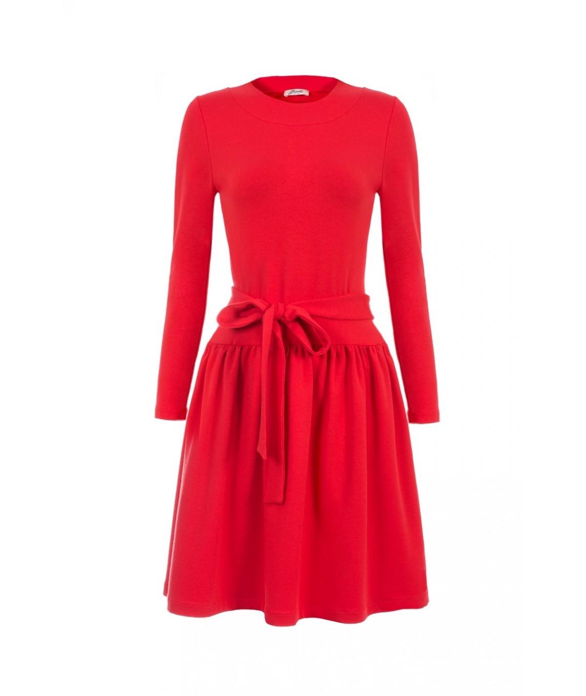Czerwona sukienka z długim rękawem z kokardą w talii
