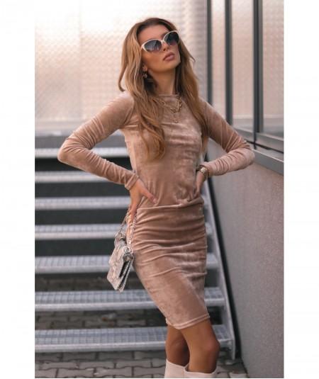 Beżowa welurowa sukienka o dopasowanym fasonie